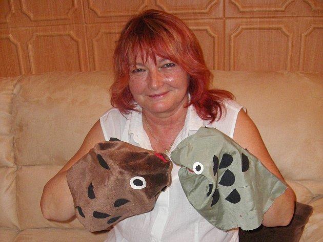 NEHAJANKY. Milada Fiedorová oživuje po letech loutky z Rybářské pohádky.