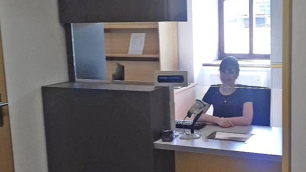 Za přepážkou pošty Partner pracuje Nikola Kromková.