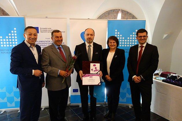 Starosta Ladislav Sýkora (uprostřed) tajemník Petr Kocián (2. zleva) při přebírání ocenění.