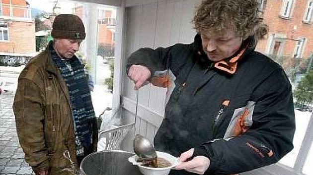 Charita od ledna připraví bezdomovcům teplé jídlo