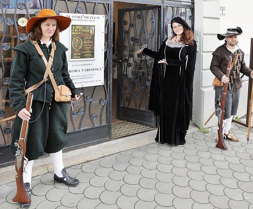 STRÁŽ. Čestnou stráž u vchodu do Rožmberského domu v Soběslavi drželi členové Císařského regimentu.