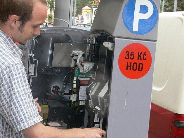 NOVÉ CENY. Pracovníci technických služeb provádějí revizi parkovacích automatů.