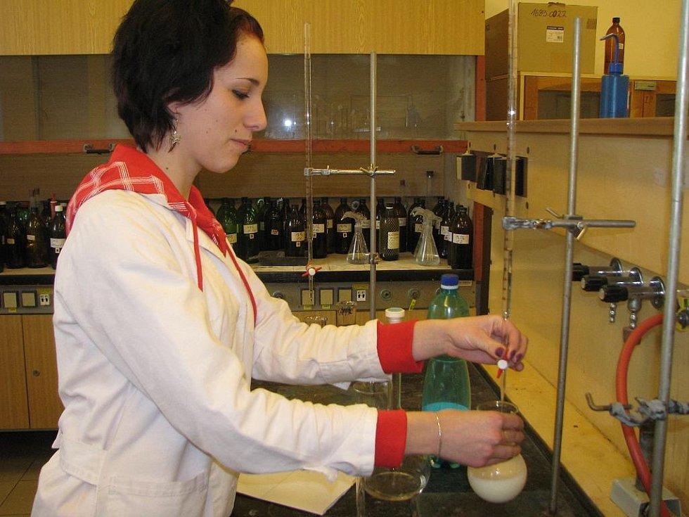 Veselští studenti zkoumali v laboratoři mléko od tří dodavatelů