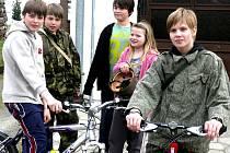 Děti v Budislavi se rozhodně nenudí. Zrovna se chystaly vyrazit do okolí na vyjížďku na kolech. Obec si již dlouhá léta drží počty obyvatel zhruba na stejné výsi. Statistický úřad eviduje 379 občanů.