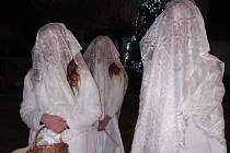Tři dívky po letech v úterý 3. prosince vyšly v obci Roudná v kostýmech svaté Barbory, aby tak obnovily tradici.