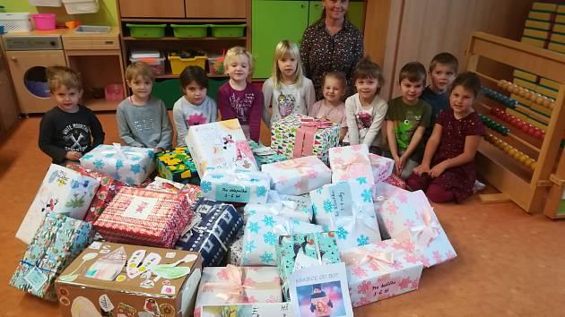 Ekotým. Děti krabice s dárky zabalily do originálního vlastnoručně vyrobeného vánočního papíru.