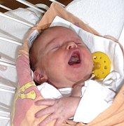 Lucie Martínková. První z dvojčátek se narodila  Lucie (vlevo), a to   12. listopadu  v 8.29 hodin. Vážila  3180 g a měřila 49 cm.