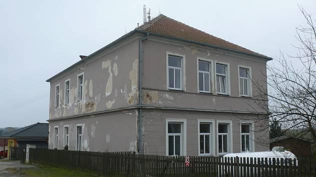 Bývalá obecná škola v Jeníčkově Lhotě dnes slouží jako útočiště pro matky s dětmi.