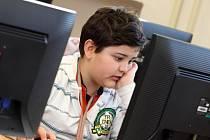Počítač v knihovnách využívají i děti.