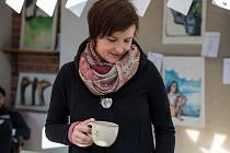 Na keramický hrnek, talíř či mísu namaluje kromě tradičního dekoru i reálný obraz. Vanda Pertlová je keramičkou a malířkou, které stačí pár minut na to, aby například fotografie zvířete přenesla na keramické výrobky. Velikou trpělivost a nadání zdědila po