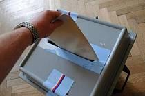DO SOUBOJE o 200 poslaneckých mandátů se přihlásilo 23 volebních stran a hnutí, na jejichž listinách je celkem 5 923 kandidátů.