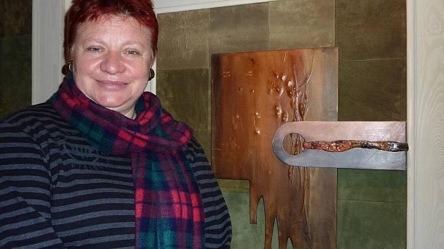 Gražyna Kaletová ve své tvorbě ráda experimentuje s kombinovanými technikami. Důležitým materiálem se pro ni nadlouho stala kůže, kterou vkládala do svých obrazů.