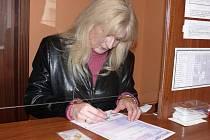 Stačilo vyplnit žádost, vyfotit se, dvakrát si počkat pět až deset  minut a  Helena Mašková se stala majitelkou nového řidičského průkazu. Další výměna ji bude čekat za deset let.