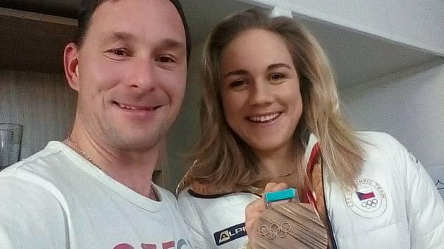 Jan Cuřín z Tábora si kousl do medaile Martiny Sáblíkové, na snímku na OH s medailistkou Karolinou Erbanovou.
