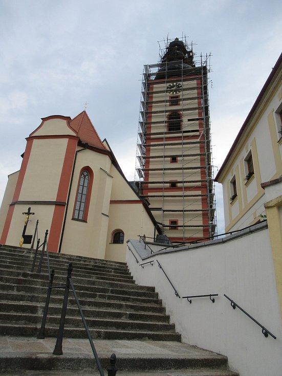 Vyhlídka. Z prodeje hřbitova církev opraví kostelní věž.