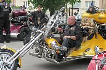 První motorkářské požehnání přilákalo na chýnovské náměstí před kostel Nejsvětější trojice téměř dvě stovky motorek.