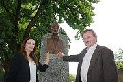 Slavnost odhalení busty dirigenta Karla Ančerla (+ 1973) v rodných Tučapech na Soběslavsku.  U busty vnučka Karla Ančerla Maximiliane a sochař Pavel Přikryl.