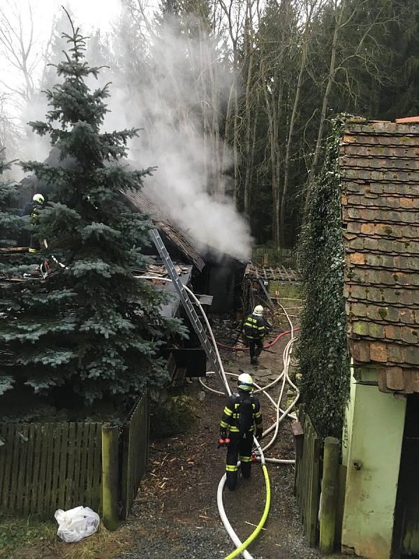 Požár zachvátil hájenku Kajetín u Choustníka. Vrtulník odvezl vážně popáleného muže a dítě. Žena s druhým dítětem skončily v táborské nemocnici.