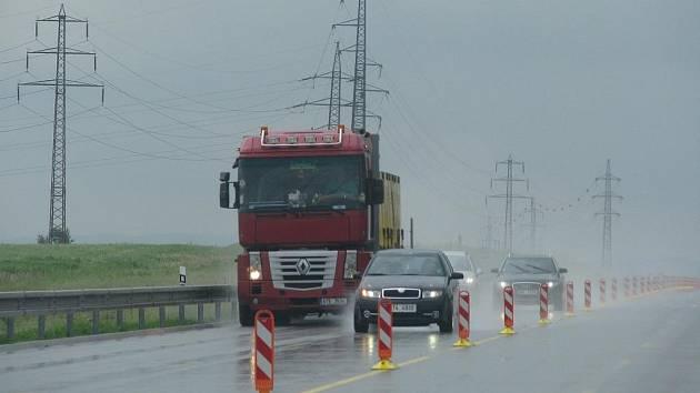 Práce na dálničním úseku komplikují vztahy s majiteli pozemků.
