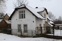 Napůl opuštěné hospodářské stavení v Polánce je z roku 1928.