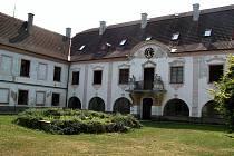 Krásný zámek ve Vyšeticích na Mladovožicku je na prodej. V současné době není nijak využíván.