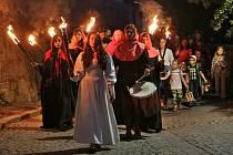 Svátek Mistra Jana Husa oslavili Táborští průvodem s lucernami z Housova mlýna k rybníku Jordán a tradičním zapálením ohňů na vodní hladině.