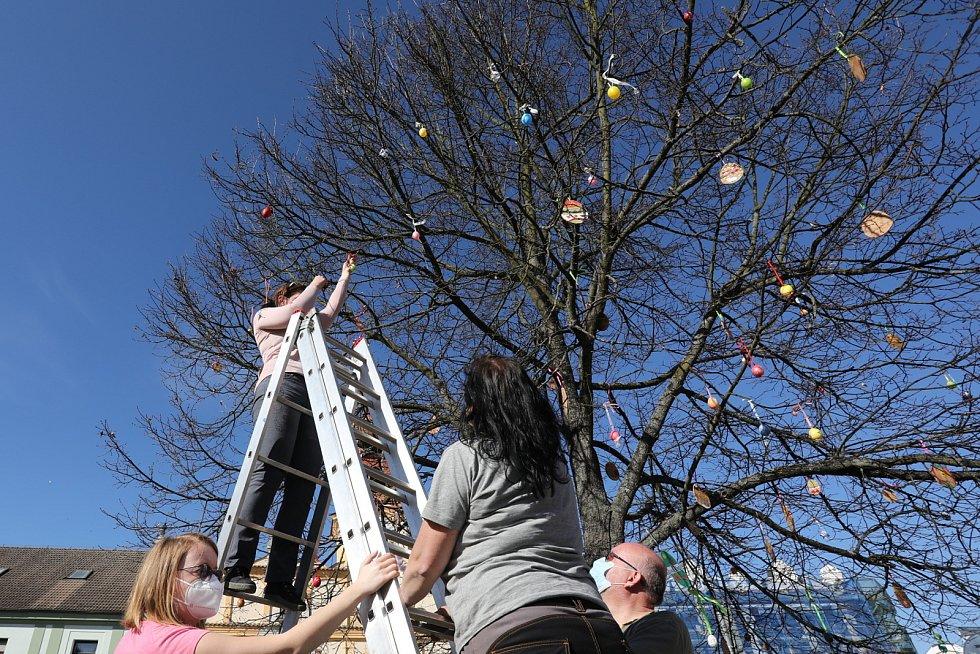 Místní ve Veselí nad Lužnicí mohli ozdobit lípu svobody a kochat se obřími dekoracemi.
