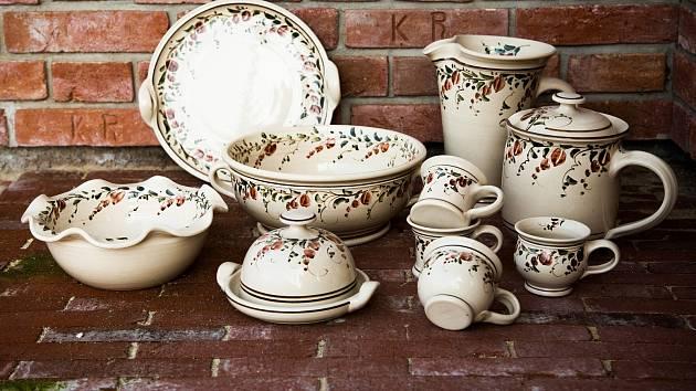 Vyrábí originální keramiku.
