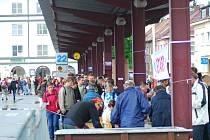 Na startu. Na pochod Praha - Prčice se z táborského autobusového nádraží vydalo několik stovek turistů.