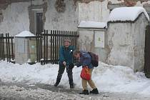 Když napadne v Chotovinách sníh, je třeba toho využít.