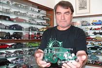 Zdeněk Bílý si běžně s autíčky nehraje. Když ale někdo přijde na návštěvu, rád se se svými modely pochlubí.