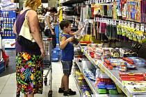 U regálu se školními potřebami jsme v hypermarketu Albert v Chýnovské ulici v Táboře potkali i Olgu Janouškovou se synem Lukášem. Zrovna vybírali štětce.