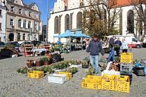 Tradičním farmářským trhům na táborském Žižkově náměstí počasí ve středu přálo.