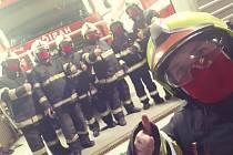 V pátek 20. března obdrželi dobrovolní hasiči darem červené šité ochranné roušky.