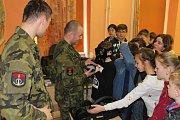 Vojáci seznamovali děti s prací pyrotechniků a ženistů.