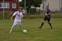 Aleš Kavka (v bílém) u míče v utkání proti týmu HD2D, při kterém se blýskl pěti góly.