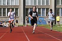 ŽÁCI SE UTKALI V DISCIPLÍNÁCH. Běh na 60 metrů nebo jeden kilometr, driblování, hod medicimbalem, trojskok z místa, kliky a skok přes švihadlo.