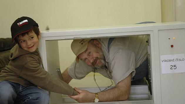 Ludvík Hess vkládá do babyboxu  číslo 25 svého syna Matyáše. Pokouší se demonstrovat, že do něj lze odložit i šestileté dítě.