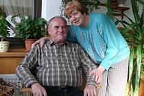 S MANŽELKOU. Ladislav Křivánek celý život prožil v Malšicích. Na snímku je zachycený s manželkou Ludmilou, která je mu oporou 48 let.