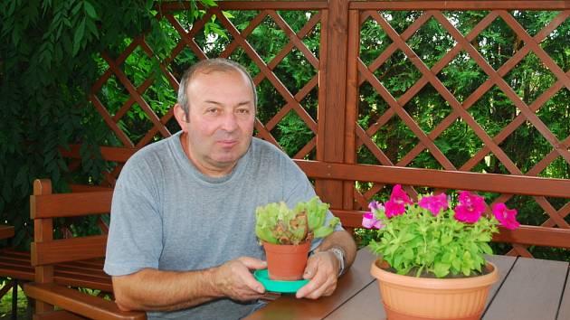 Místo odpočinku musí kvést. Proto Václav Janeček dává květiny v květináčích i na stůl.