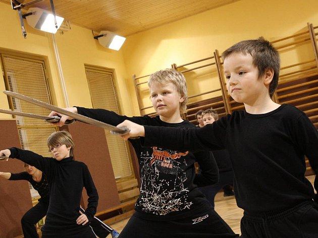Stát se rytířem neznamená jen ovládat zbraň, ale hlavně ovládat  svého ducha. V Táboře se tomu učí 150 frekventantů Akademie rytířských umění.