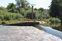 Záchranářské práce na jezu Dráchov v sobotu 8. srpna 2020 odpoledne. Na jezu v obci nedaleko Soběslavi na Táborsku se zvrhli dva vodáci. Jednoho se podařilo z Lužnice vzedmuté dešti zachránit. Po druhém odpoledne trvaly pátrací práce. Stále přitom po řece