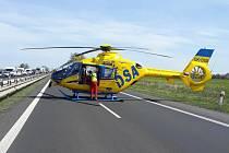 Tragická nehoda se odehrála u přemostění u Tuchlova. Došlo ke střetu kamionu s dvěma auty údržby silnic, vůz srazil pracující silničáře.