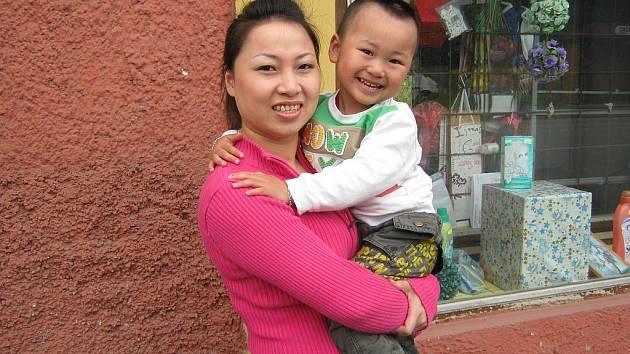 Vietnamka Phuong Hoang Minh se synem, kterému všichni říkají Toníček, podniká a žije v Dražicích.