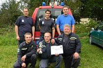 SOUTĚŽNÍ DRUŽSTVO. V tomto složení soutěžili přehořovští dobrovolní hasiči v Klenovicích. Za třetí místo získali diplom a trofej.