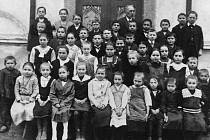 ŽÁCI VE TŘÍDĚ. Na snímku můžete vidět žáky jednotřídky, kteří se zvěčnili se svým učitelem.