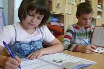 Plánská škola učí děti i nové písmo.