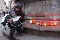 Vzpomínka na 17. listopad. Svou svíčku si po 23 letech přišla na Žižkovo náměstí znovu zapálit i Jana Hušková s vnukem.