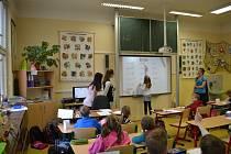 Děti z druhého stupně si vyměnily místa s učiteli a ujaly se vedení vyučovacích hodin.