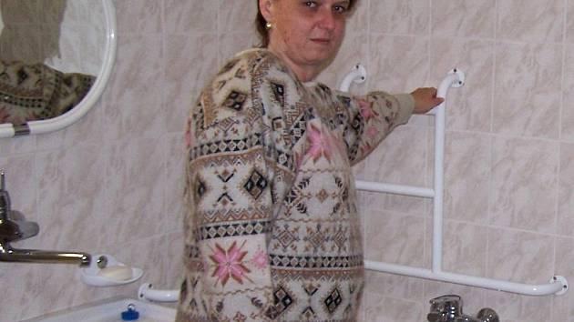 Nevidomá paní Novotná si s vanou neví rady, úředníci jí nechtějí nevyhovující vanu vyměnit za sprchový box.